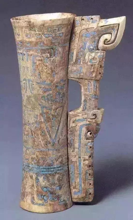 通体分段雕刻精细的饕餮纹及变形夔纹,并嵌以绿松石.