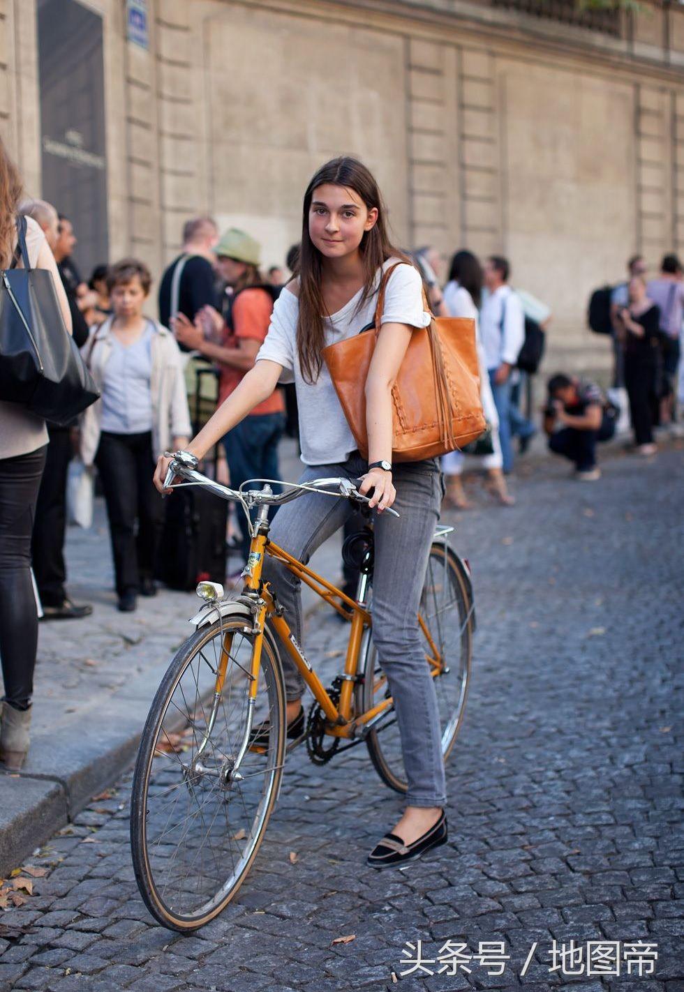 大热天实拍瑞典街头美女,身高腿长很时尚