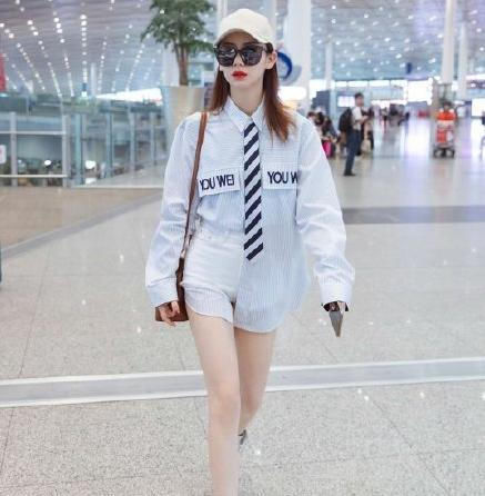 戚薇机场穿搭,条纹衬衫配白色高腰短裤