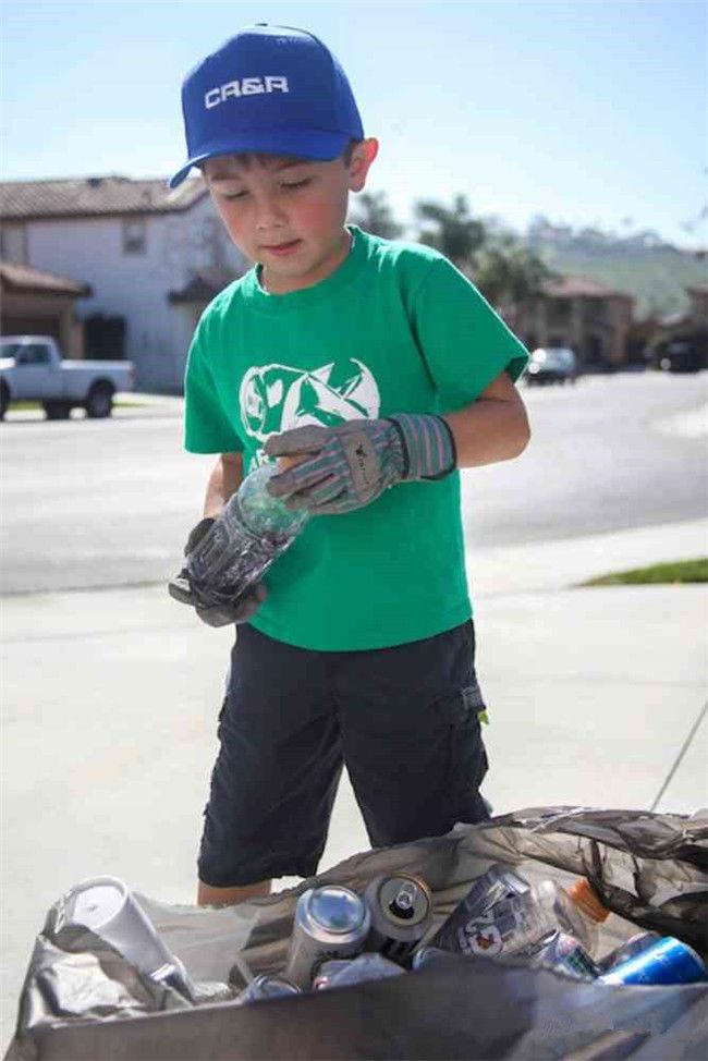 """美国7岁小男孩靠""""捡垃圾""""成为总裁"""