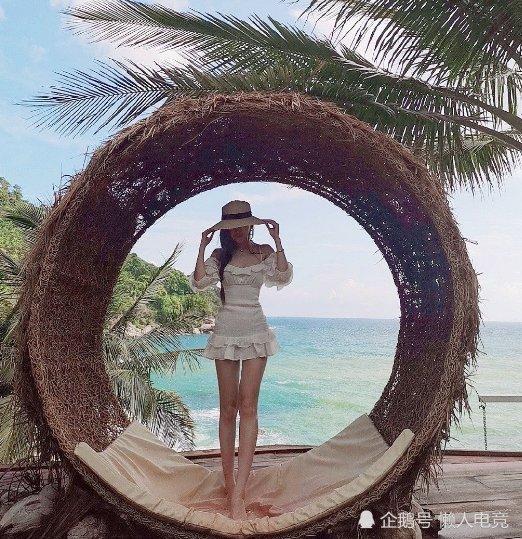 <b>腐团儿晒海边自拍照,穿白色连衣裙出镜,背景碧海蓝天却比人好看</b>
