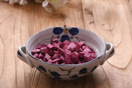 三伏天最适合养生了煲桃胶紫薯银耳羹
