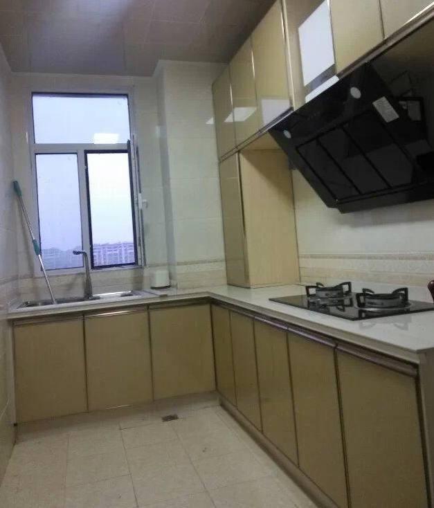 厨房装修,厨房是定制的l型橱柜,还做了几个吊柜,黑色的抽油烟机.
