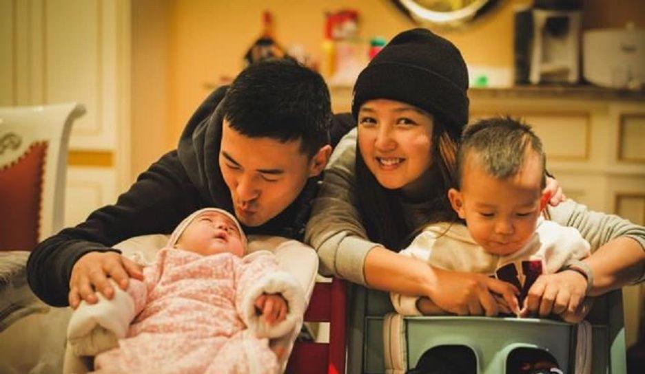 何洁刁磊抱三胎女儿参加聚餐,离别友人一直相送依依不舍