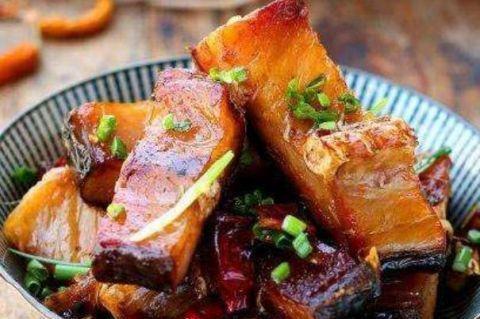 <b>熏好的腊鱼,作为腊味的一种,用豆瓣酱蒸、辣椒炒真的特别下饭!</b>