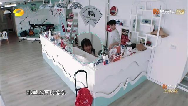 当王俊凯得知杨紫在意大利有影迷时,表情显得很复杂
