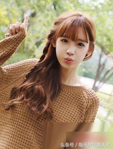 齐刘海发型梳在眉头上边,中长发发型有了编发的搭配之后,是不是看上去
