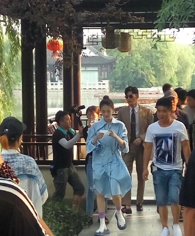徐璐刚和张铭恩官宣恋情,就和张翰拍吻戏,需要报备吗