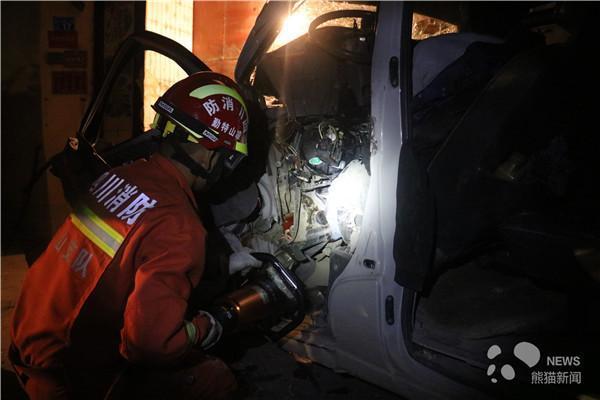 面包车追尾拖拉机致驾驶员被困_凉山消防紧急救援