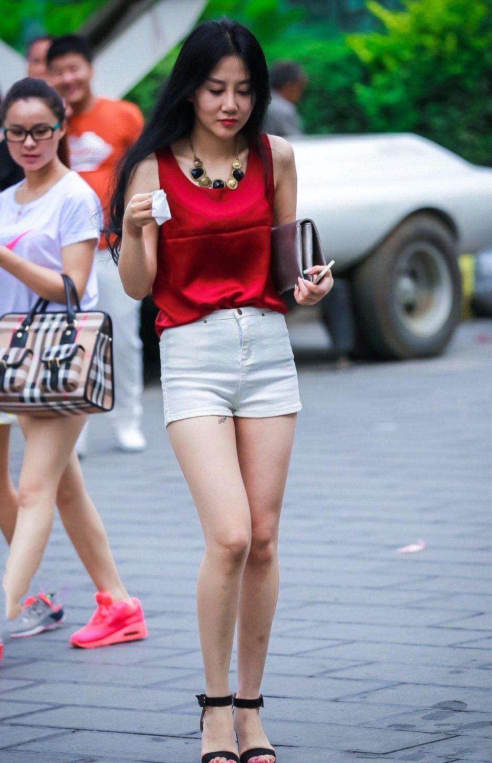 和美丽少妇做爱_街拍,红色背心配白色短裤,显得少妇美丽娇艳风情万种!