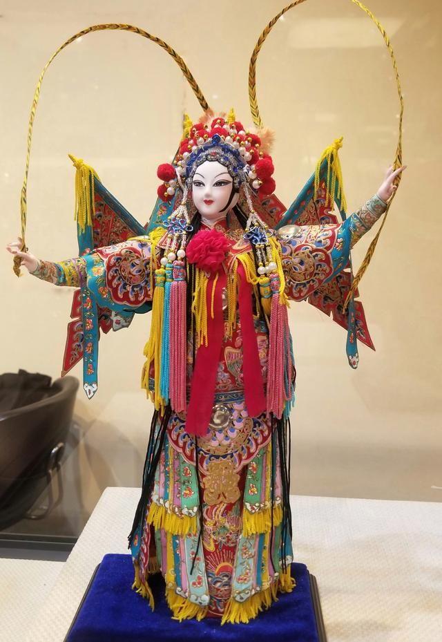 文/沐橙籽 芭比娃娃,风靡全球。 中国也有一款特色娃娃, 具有一千多年历史! 这种技艺曾一度失传! 却在国际展览会上,再度重现! 它:即风格高雅,制作精美,又色彩绚丽,神态各异,兼观赏价值与收藏价值于一身。 这便是北京绢人!  古代时期,人们最早的时候,使用纸、竹作为原料,制作各种的手工艺品,随着时代的变迁,由简单的工艺品发展为花灯供人欣赏。再逐渐发展到盛唐时期,北京绢人就起源与那时,在《东京梦华录》记载:到了北宋时,民间就能剪绫为人,裁锦为衣,彩结人形。到了清代,还有将绫绸纱剪扎成老寿星的记载,但是之