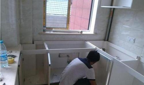 橱柜安装好才发现没有底板,让其返工增加时,师傅却这样说-家居窝