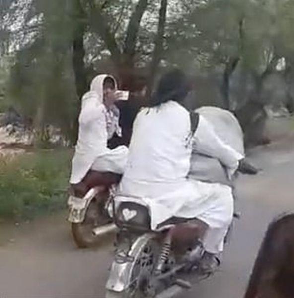 巴基斯坦一男子载着奶牛骑摩托上路引网友热议