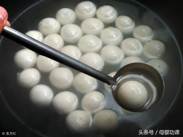 元宵(汤圆)黏性强,如果小孩一口接一口吃,容易出现元宵(汤圆)在食道中