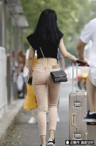 打底裤简单时尚的版型,穿出十分优雅的时尚,彰显出属于你的气息