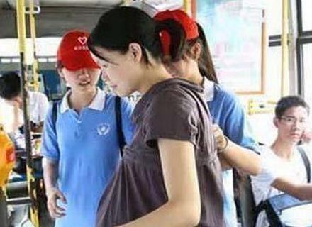 怀孕5月孕妇坐公交,要求小学生让座,孩子的话让人深思