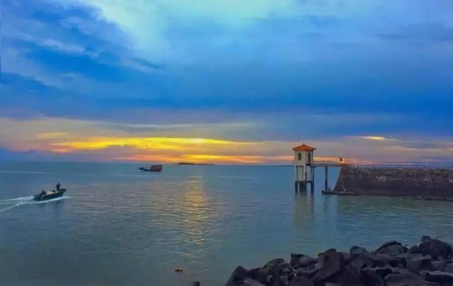 """东海岛面积401平方公里,拥有一条28公里长的""""中国第一长滩"""",可与"""