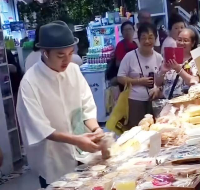 <b>王祖蓝现身菜场,开超跑买老婆饼被拍,网友:捞金手段还是蛮多的</b>