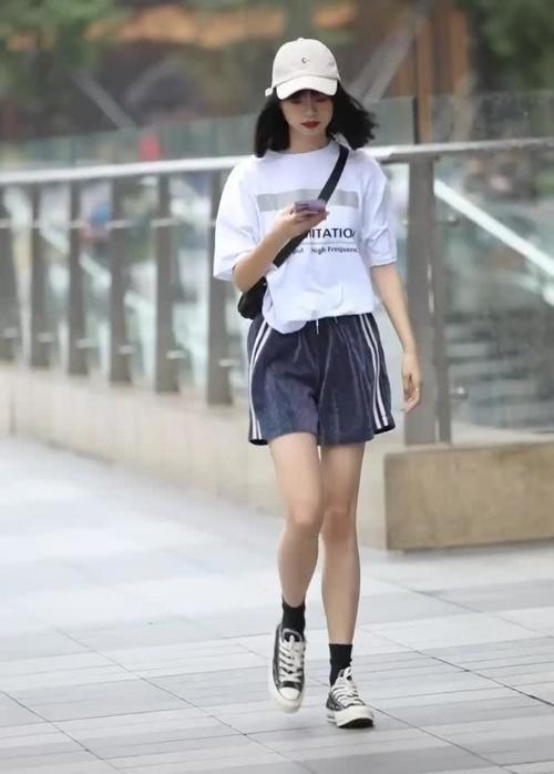 小姐姐身上穿了一件白色的短袖,小姐姐的大长腿插图(3)