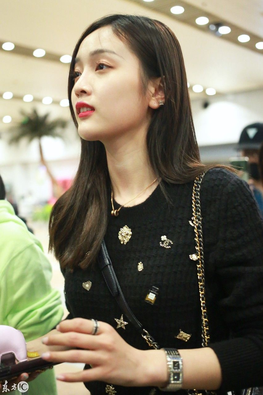 清纯美女吴宣仪现身机场 迷人可爱 让网友 瞬间路转粉