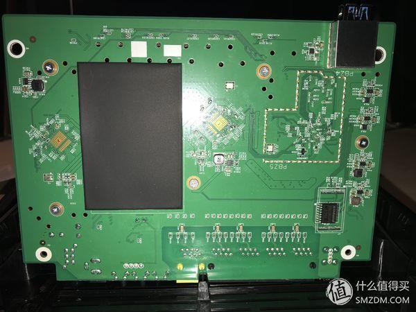 再翻过来看看dlink882的电路板背部,挺工整的.