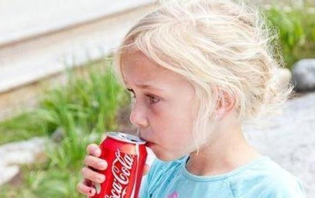 """对孩子来说,这些饮料就是""""毒药"""",别再让孩子喝了"""