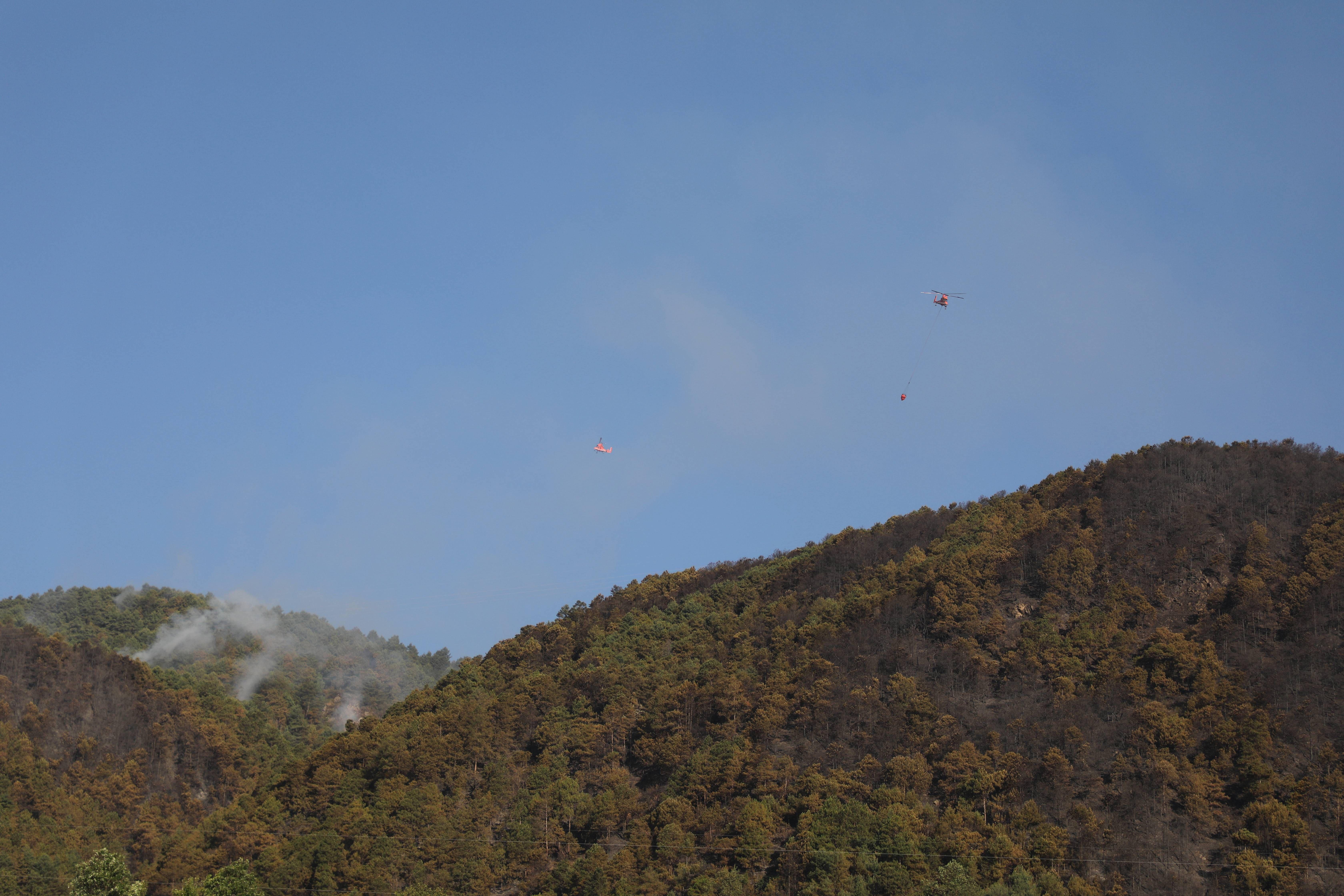 云南大理发生森林火灾 1500人连夜上山扑火