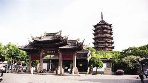 报恩寺已有560多年,仿照北京故宫布局设计,有