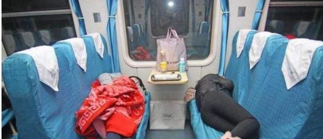 这操作6! 女子买6张硬座当卧铺遭热论, 铁路内部: 不超员才可以