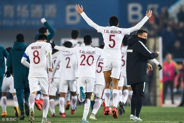 国足沙特队_决不投降,中国足球队四球落后沙特连跪三球,国足将士泪洒球场!