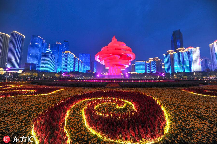 青岛五四广场上演绚丽灯光秀 祝贺上海合作组织青岛峰会顺利闭幕