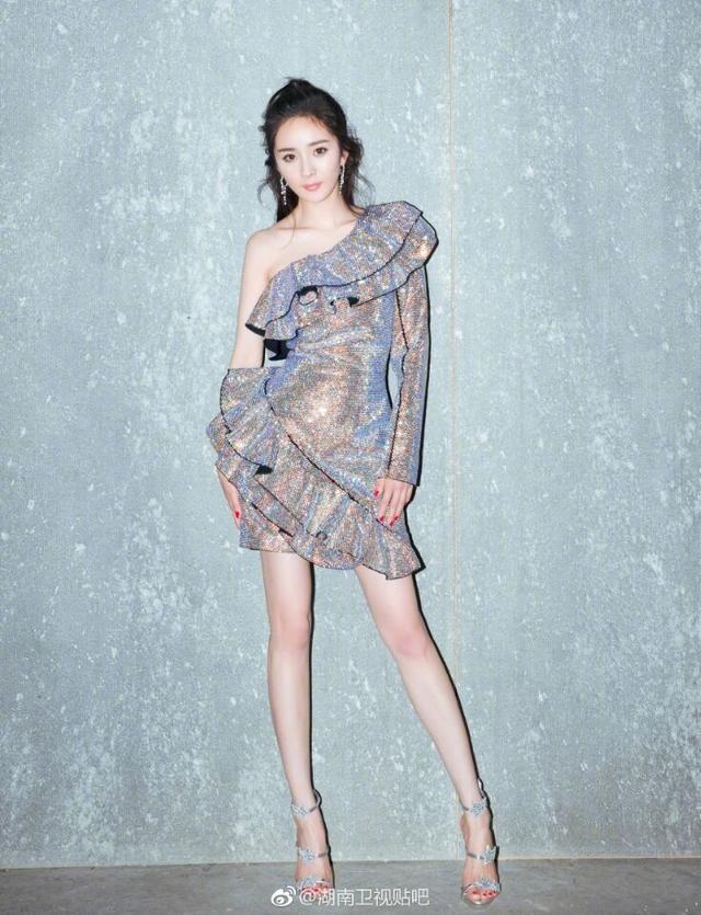 零下6度,赵丽颖却穿黑色刺绣裙子,马化腾都看不下去了