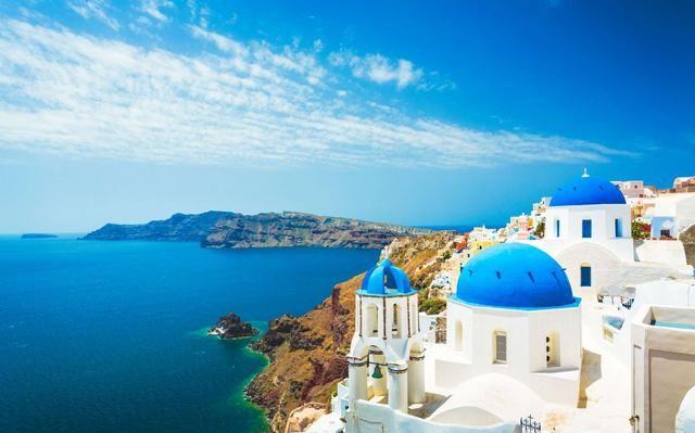 在一個陽光明媚的午后,在愛琴海清澈湛藍的海水中,壯麗的景色盡收眼底