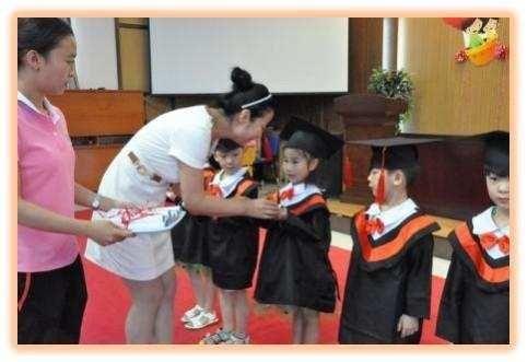幼儿园毕业典礼,老师孩子哭成一片,幼儿园永远是你们的家