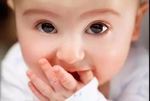 你家宝宝为什么总是吃手手?可不是为了卖萌