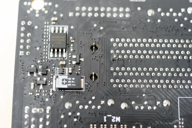 0 接口2个,无线网卡天线接口,7.1集成声卡接口和sdpif光纤输出.