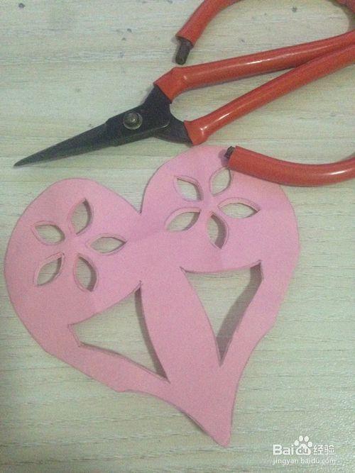 方法/步骤1: 准备好剪纸需要的工具 将正方形纸按照折痕折成四折 在