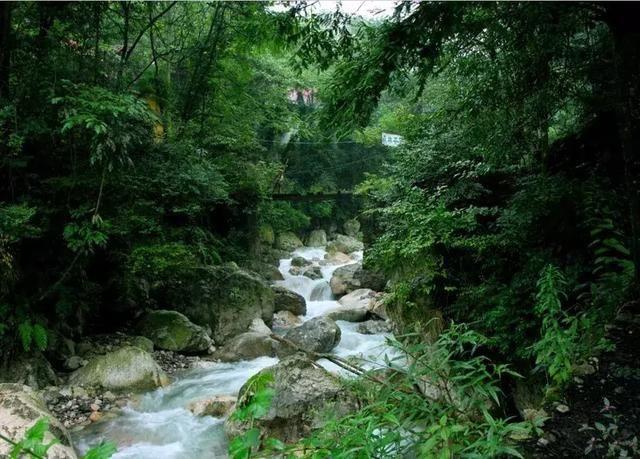 在距离九龙沟风景区很近的地方就是九龙沟漂流了!4.