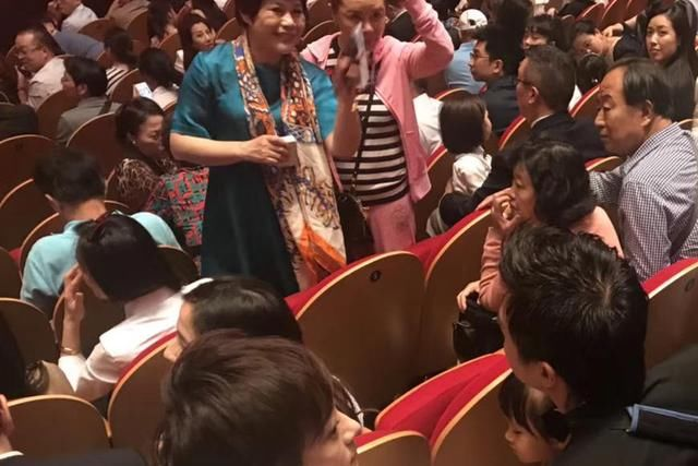 网友偶遇孙俪邓超夫妇出席儿子毕业典礼,小花的侧颜和