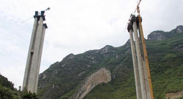 贵州正建一座高速公路大桥,主跨150米,长1555米!