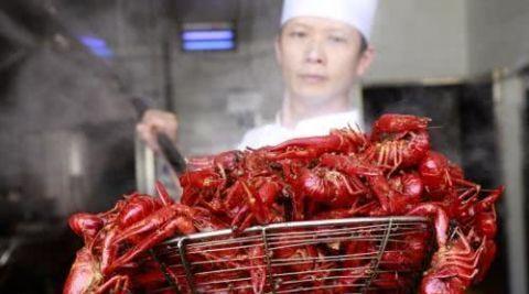 小龙虾到底有多脏?用消毒水进行浸泡,30分钟后看
