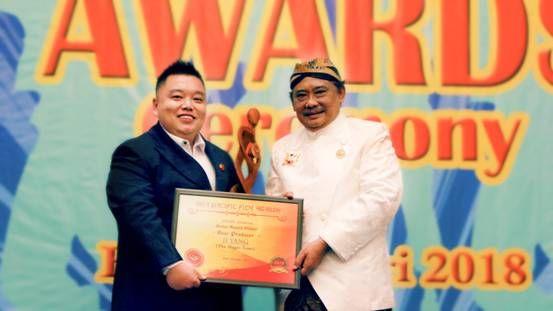 近日,巴厘岛亚太电影奖(APFA)颁奖典礼于2018年2月3日在印度尼西亚巴厘岛皇宫内举行,巴厘岛国王及皇室成员作为颁奖嘉宾出席典礼,亲自为影视人颁奖。 该奖项在亚洲太平洋地区属于一场颇具影响力的国际影视盛典,吸引了众多电影人的目光与关注,中国、日本、韩国、印尼等地电影人纷纷前来参加,本次巴厘岛亚太电影奖其主要目的是,为亚太地区影视作品走向世界提供一个大平台,让影视爱好者交流经验、互相学习、通过影视作品促进各国电影事业的发展,全力将亚太影视文化推向世界,提高亚太地区的电影艺术标准,通过电影在亚太地区的传