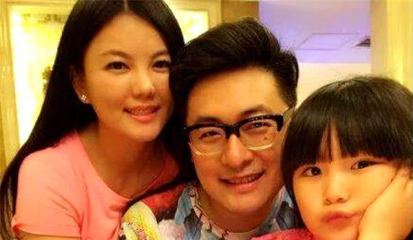 """同样是二婚,李湘成阔太,贾静雯被宠成""""女儿"""",她却过成了保姆"""