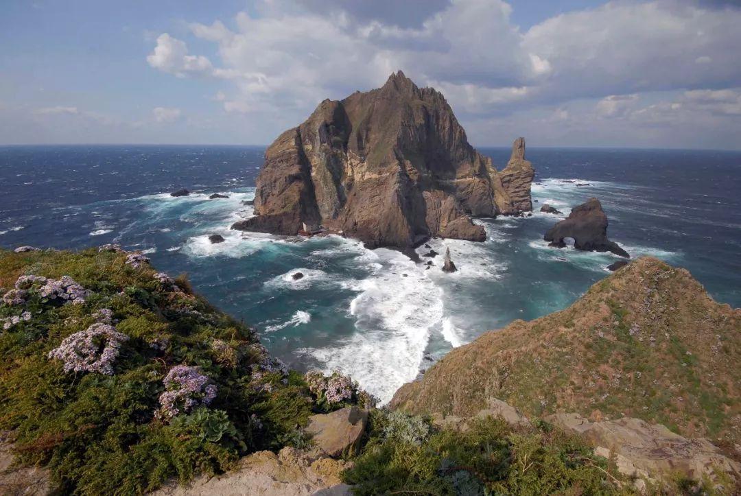 18平方公里. 韩国,朝鲜和日本均主张对独岛拥有主权.