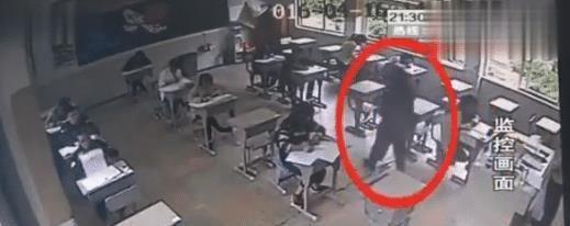 女孩高考因长得太漂亮, 被监考官注意, 调查之后露出了马脚!