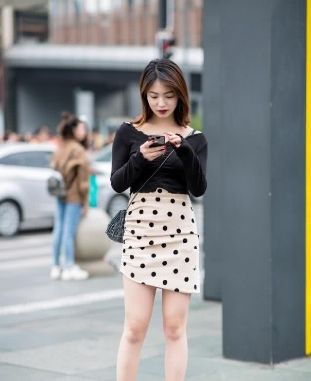 时髦又减龄的裙子,呈现时尚魅力,尽显美女干净明朗的气质