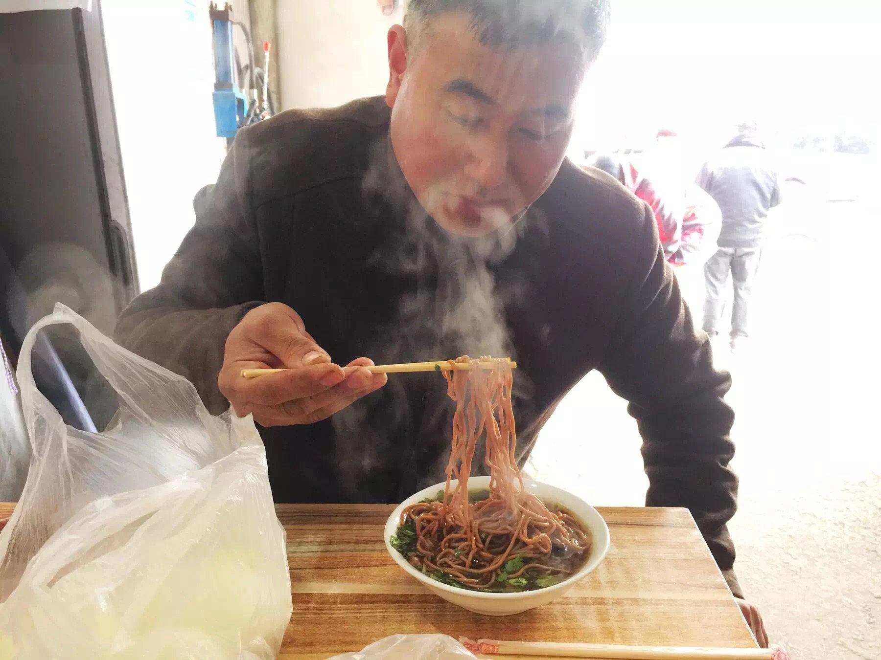 在魏县这碗面加入榆皮要卖四块钱,而美食好吃好不关于调查报告的图片