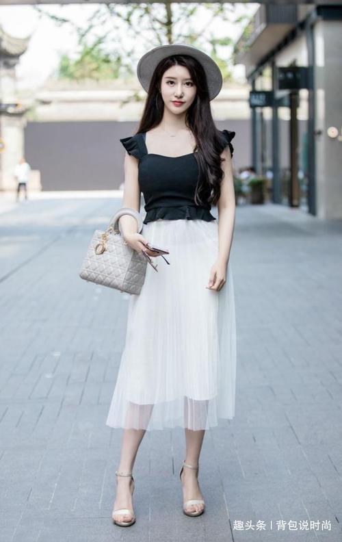 路人街拍,戴着遮阳帽的美女,下装搭配白色的双层纱裙充满朦胧美插图