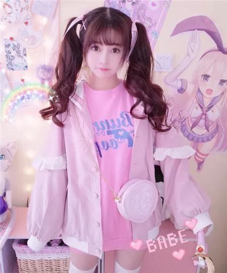 二次元空气刘海搭配蓬松波浪卷发线条设计,粉色的发饰绑扎双马尾,粉嫩图片