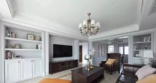 美式客厅中,摆放大小不一的艺术作品作为软装装饰,凸显了空间的轻奢感图片